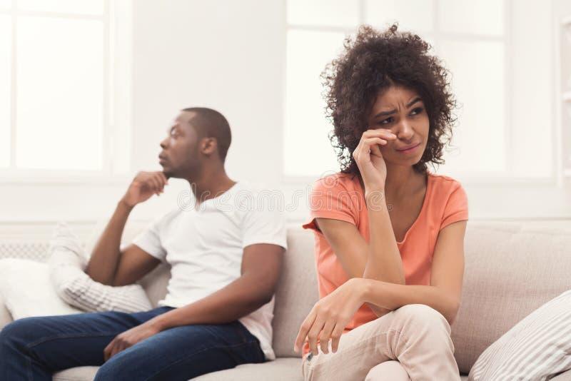 Junge schwarze Paare, die zu Hause streiten lizenzfreies stockfoto