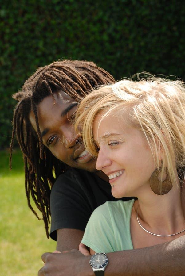 Junge schwarze u. weiße Paare stockfotos