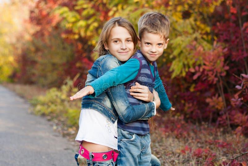 Junge Schwester Mit Kleinem Bruder Im Herbstpark