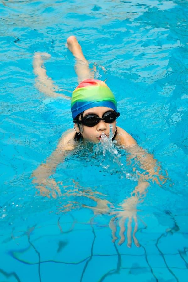 Junge Schwimmen lizenzfreies stockfoto
