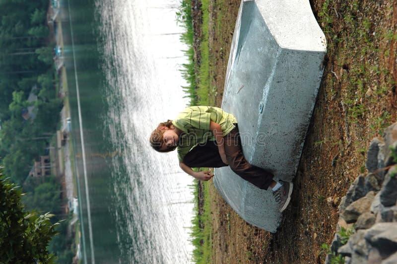 Junge in See lizenzfreie stockfotos