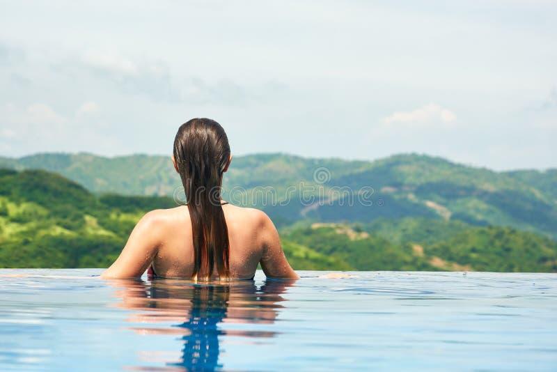 Junge sexy Frau, die das Stillstehen am Rand swimmin des im Freien genießt stockfotos