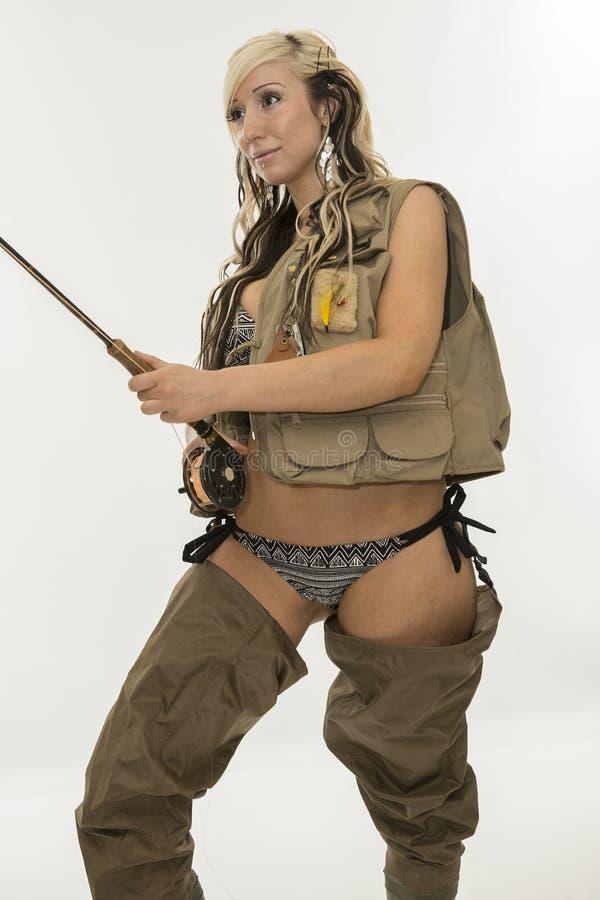 Junge sexy Frau mit Fischereiausrüstungen stockfoto