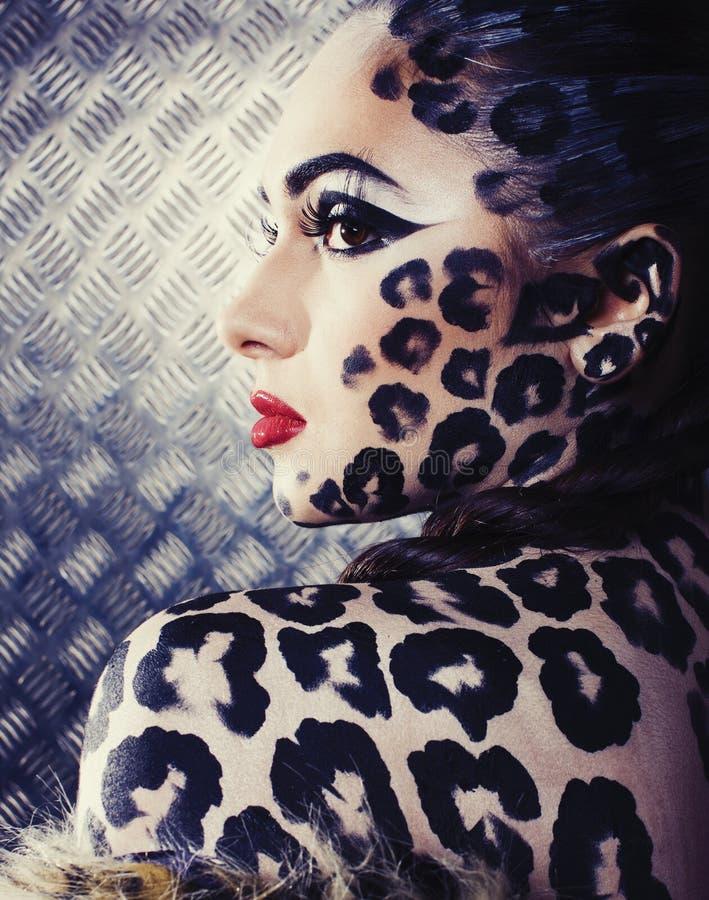 Junge sexy Frau mit Leoparden bilden alle über Körper, Katze bodyart Nahaufnahme lizenzfreies stockfoto