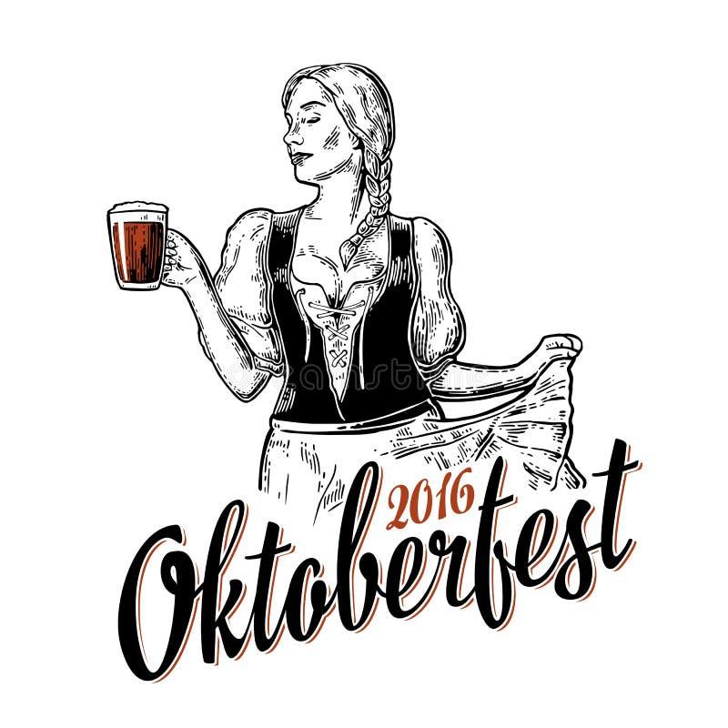 Junge sexy Oktoberfest-Frau, die ein traditionelles bayerisches Kleiddirndltanzen und einen Holdingbierkrug trägt lizenzfreie stockfotos