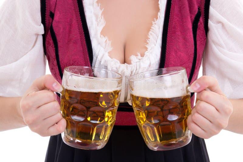 Junge sexy oktoberfest Frau, die einen Dirndl hält zwei Bier m trägt stockfotos