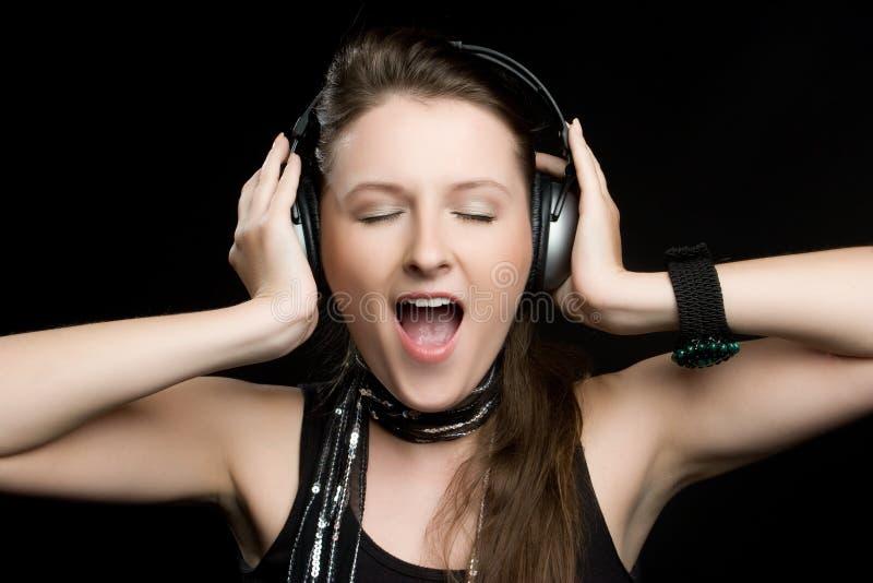 Junge singende Frau lizenzfreies stockfoto