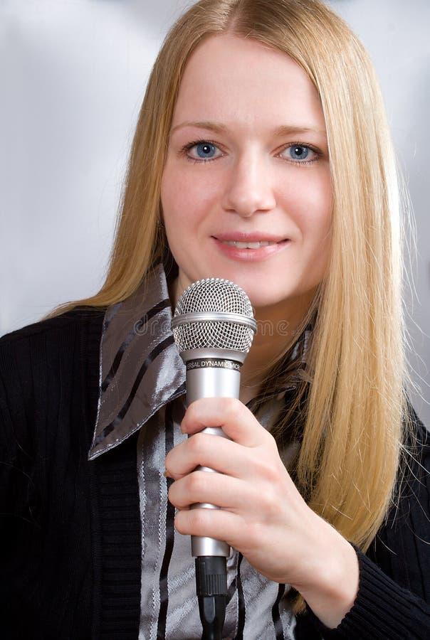 Junge singende Frau lizenzfreie stockbilder