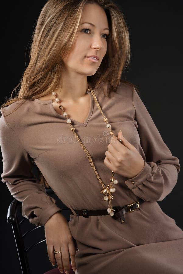 Junge sinnliche u. Schönheitsfrau in einem modernen Kleid lizenzfreies stockfoto