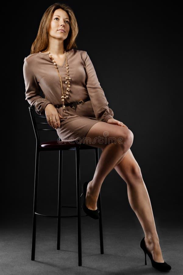 Junge sinnliche u. Schönheitsfrau in einem modernen Kleid lizenzfreie stockfotos