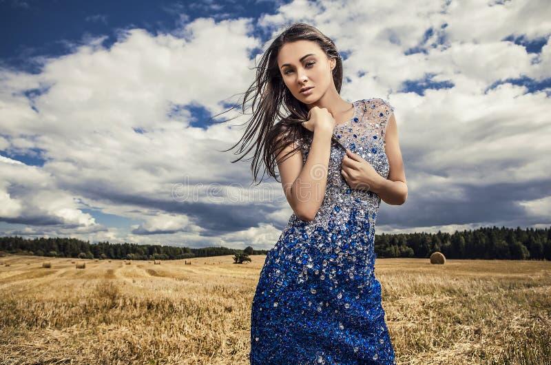 Junge sinnliche u. Schönheitsfrau in einer Haltung der modischen Kleidung im Freien. lizenzfreies stockfoto