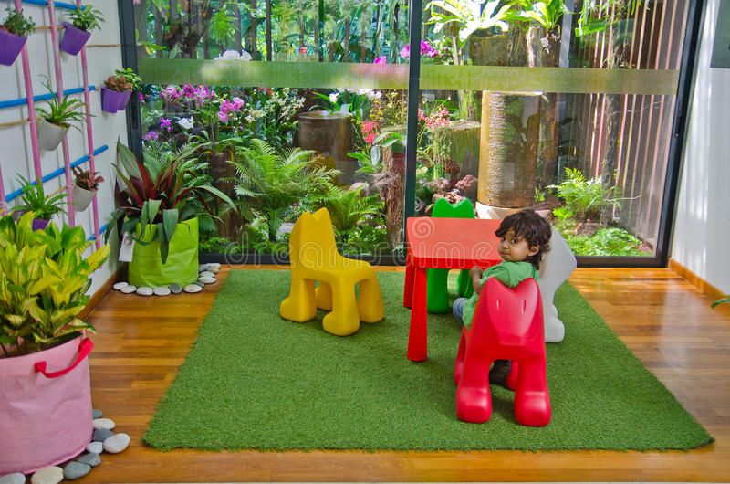 Junge sitzende eco freundliche Wohnzimmernatur lizenzfreie stockfotos