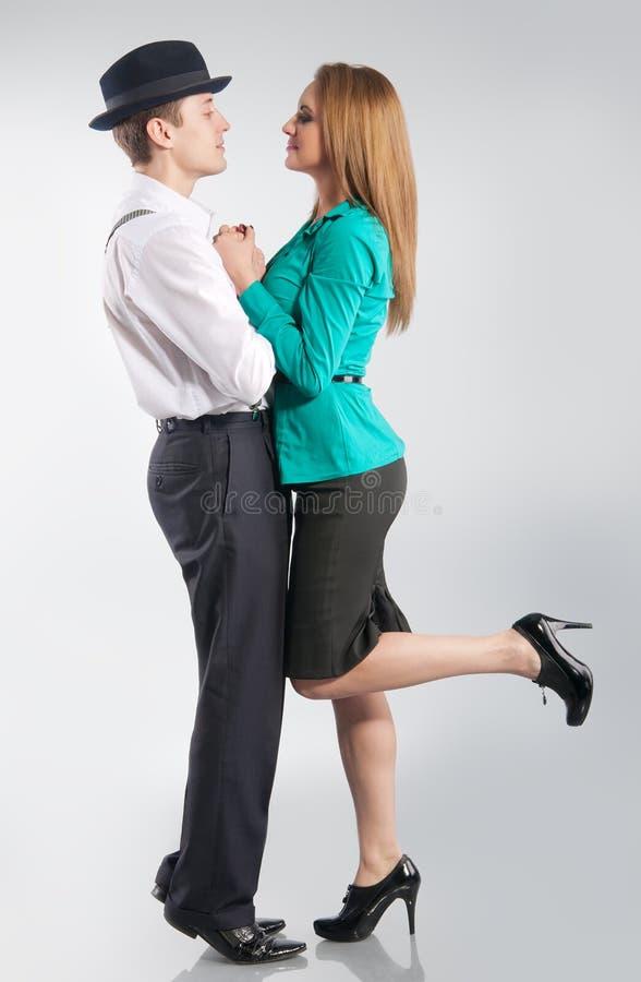 Junge snuggling Paare auf dem grauen Hintergrund stockbilder