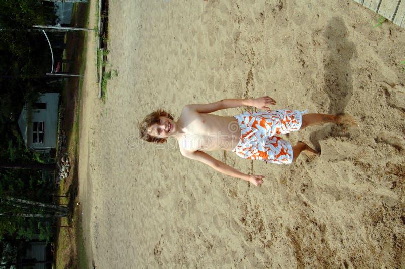 Junge am Sommerlager lizenzfreie stockbilder