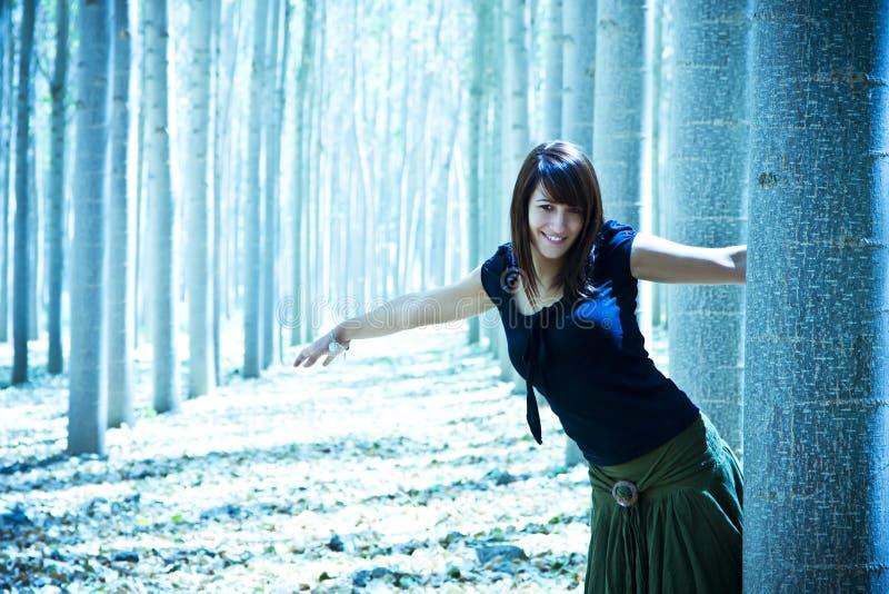 Junge spielerische Frau im Holz lizenzfreies stockbild