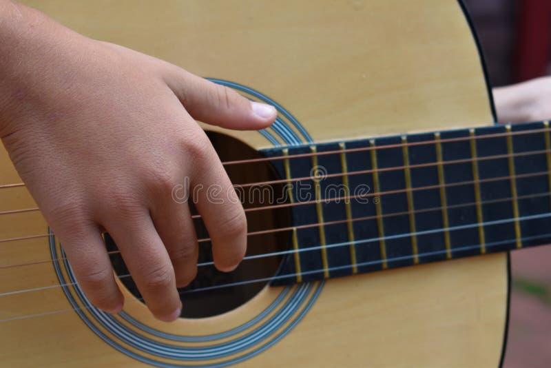 Junge spielt den Gitarrenabschluß oben lizenzfreie stockbilder