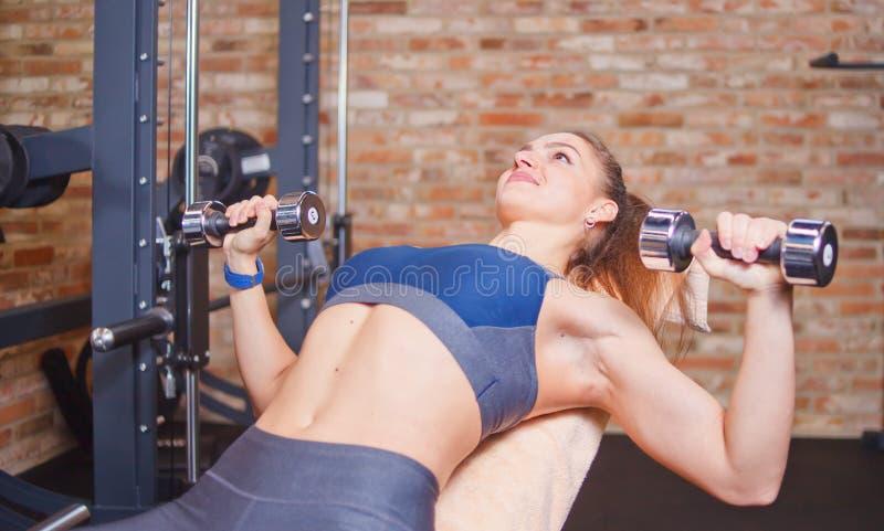 Junge Sportfrau, die Übungen tut lizenzfreie stockbilder