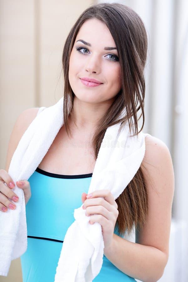 Junge Sportfrau mit Tuch stockbild