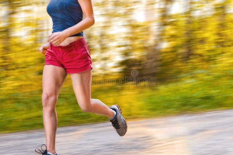 Junge Sportfrauenläufe auf der Straße stockfoto