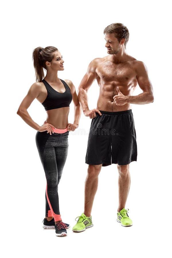 Junge Sportler verbinden Frau und Mann im Studio auf weißem Hintergrund lizenzfreie stockfotografie