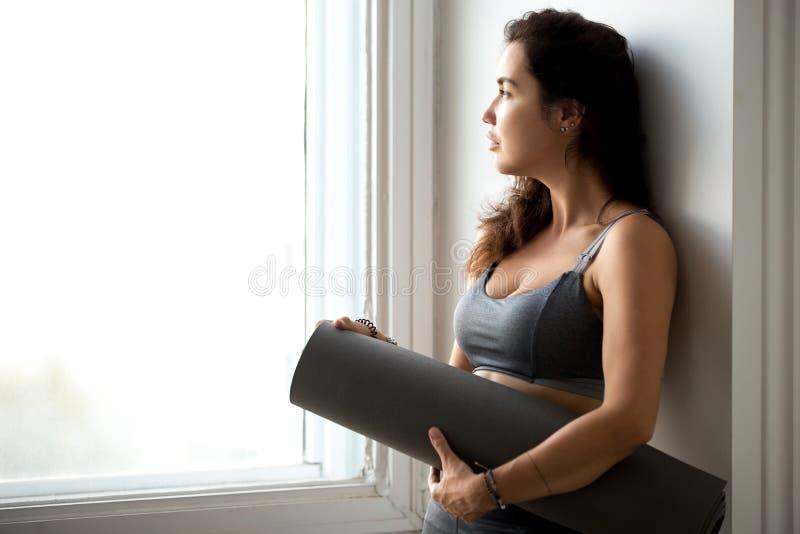 Junge sportliche attraktive Frau, nachdem Yoga geübt worden ist stockfoto