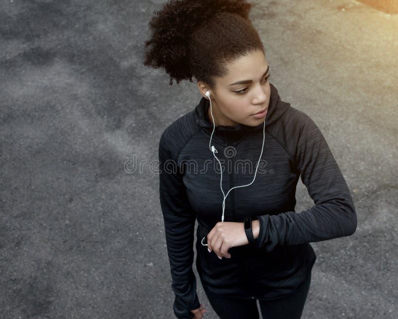 Junge sportliche Frau mit Eignungsverfolger lizenzfreie stockbilder