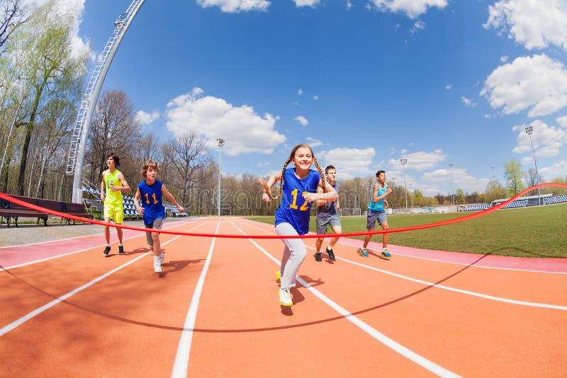 Junge Sprinter, die zur Ziellinie laufen lizenzfreies stockbild