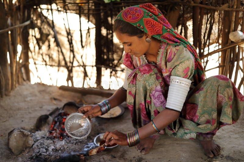 Junge Stammes- Frau im Bezirk von Kutch, Indien lizenzfreies stockbild