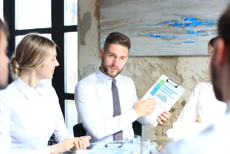 Junge Startgesch?ftsmannteamwork-Sitzung ?ber Brainstorming, zum der Investition zu besprechen stockbild