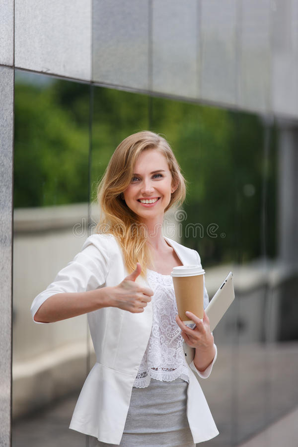Junge stilvolle Frau lizenzfreie stockfotos