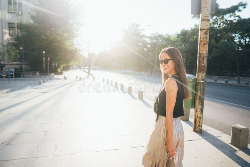 Junge stilvolle Hippie-Frau, die auf die Straße geht stockfotografie