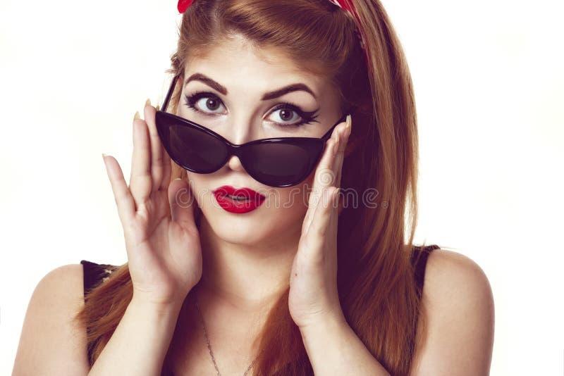 Junge stilvolle kaukasische aufwerfende Frau, Retro- Anreden, Raum für c lizenzfreies stockfoto