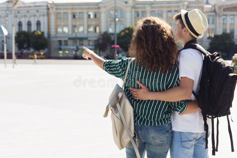 Junge stilvolle Paare, die in der Stadt umarmen stockbild