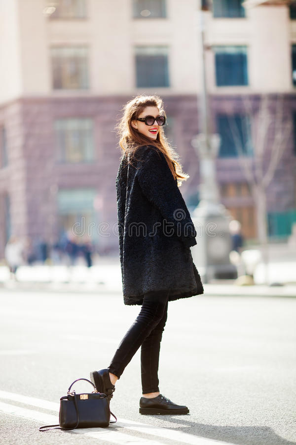 Junge stilvolle Schönheit, die auf Stadtstraße, Europa-Ferien, Herbsttendenz, Sonnenbrille, lächelnd, Luxus, rote Lippen, Mode ge lizenzfreies stockbild