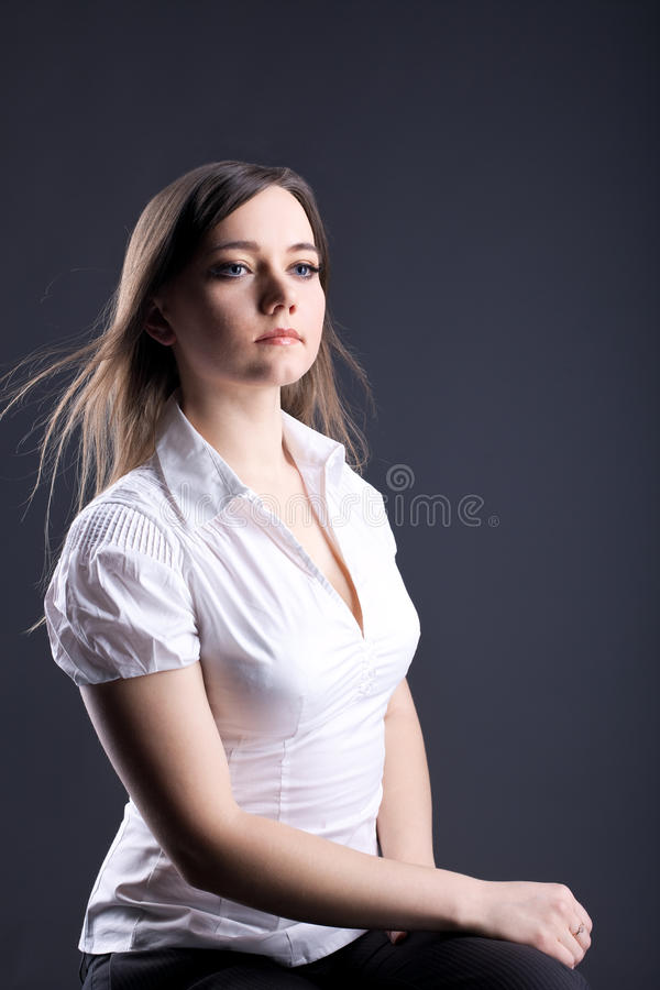 Junge stolze Frau - ernstes Geschäftsportrait stockfotografie