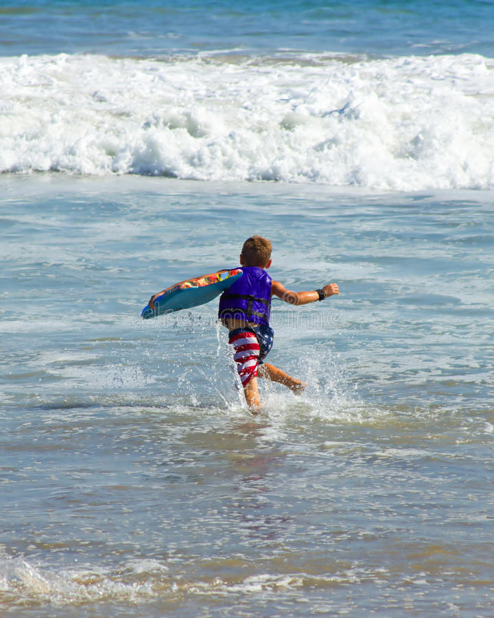 Junge am Strand lizenzfreie stockbilder