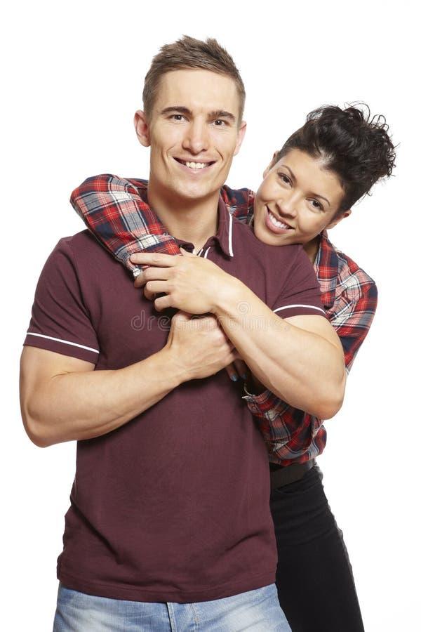 Junge streichelnde und lächelnde Paare lizenzfreie stockfotos