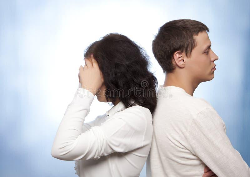 Junge streitene Paare lizenzfreie stockfotos