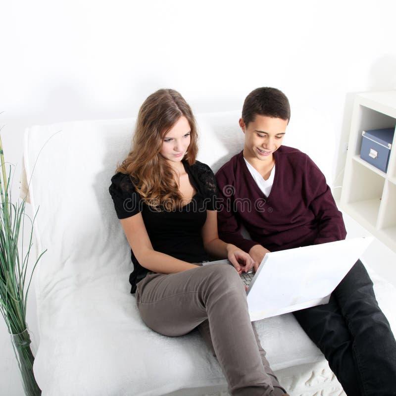 Junge Studenten, die das Internet surfen stockbild