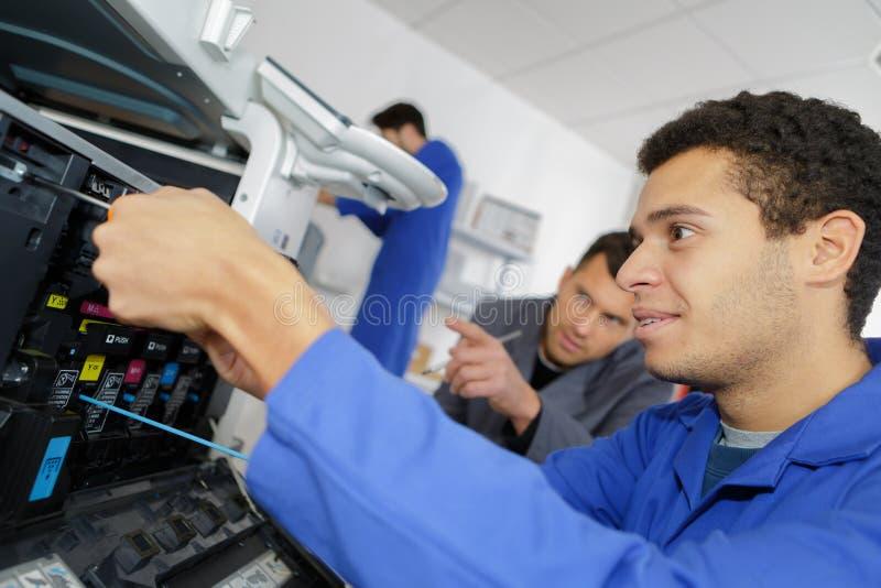 Junge Studenten im Labor unter Verwendung des Druckers 3d stockbild