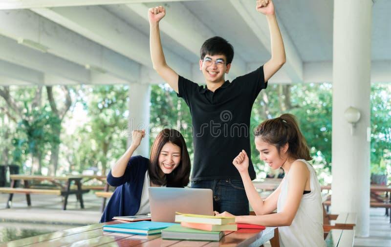 Junge Studentengruppe komplett, Endlesebuch im Klassenzimmer stockbild