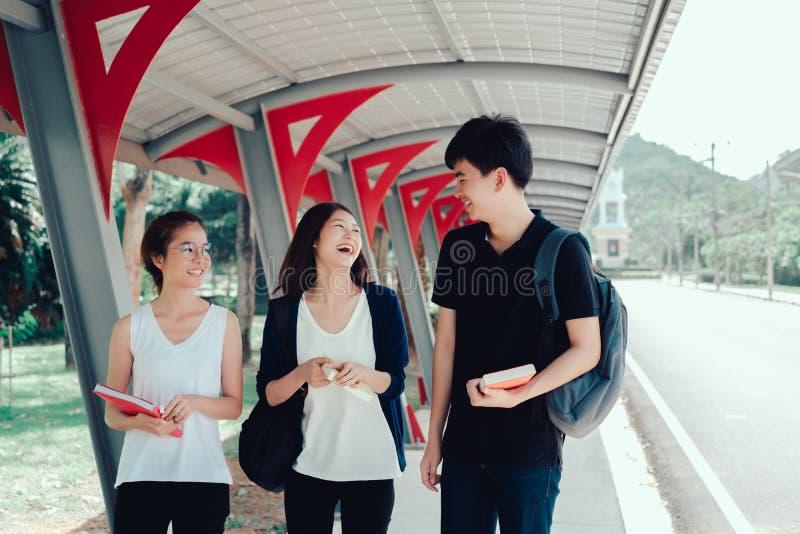 Junge Studentengruppe mit Schulordnern buchen lizenzfreies stockfoto