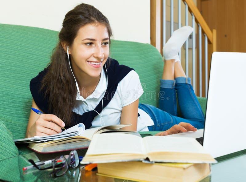 Junge Studentenstudie zu Hause lizenzfreie stockbilder