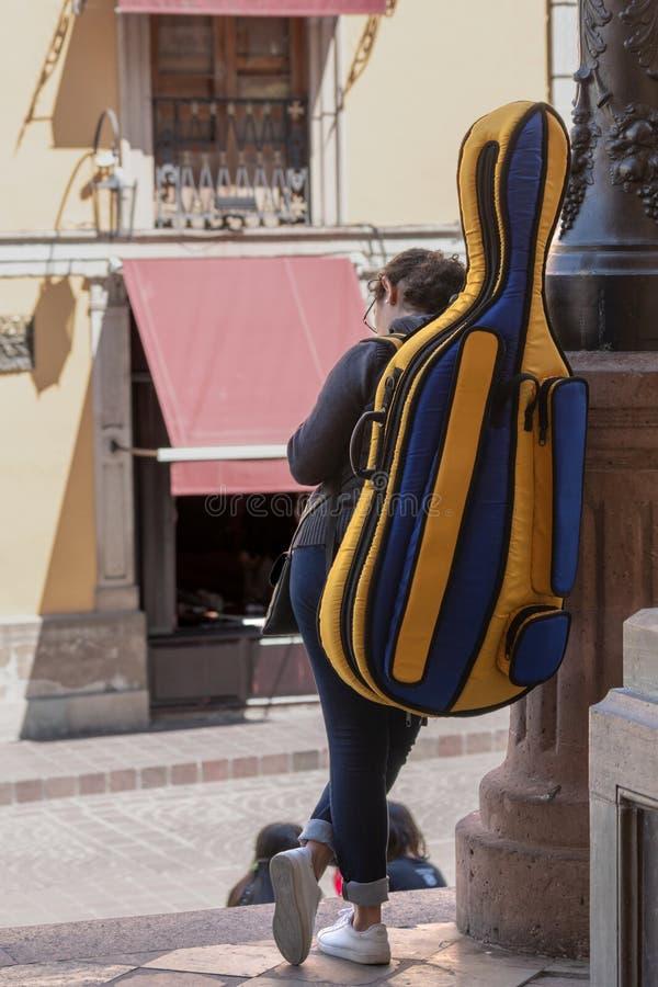 Junge Studentin des Cellos auf einer mexikanischen Straße lizenzfreie stockfotos