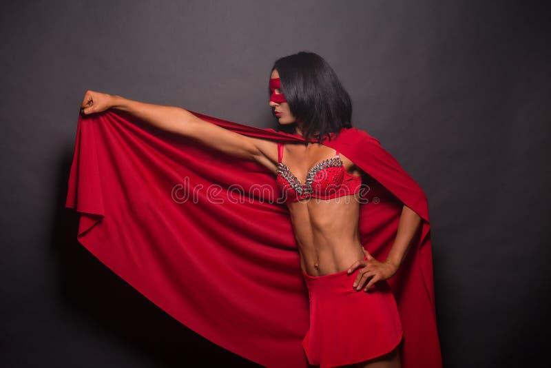 Junge Superheldfrau im Studio lizenzfreie stockfotos