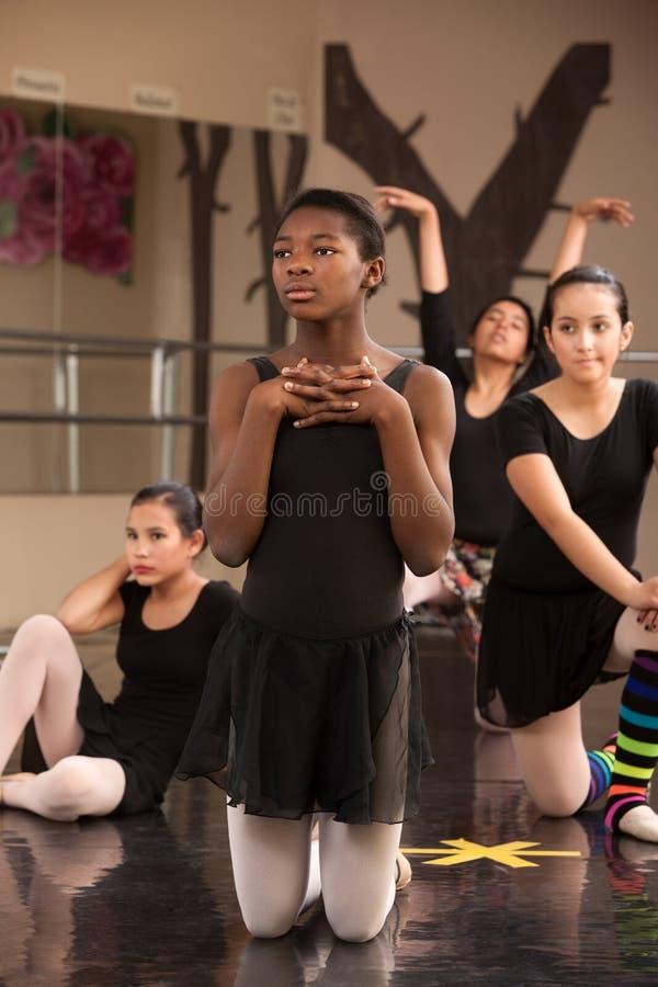 Junge Tänzer-Aufwartung stockfotos