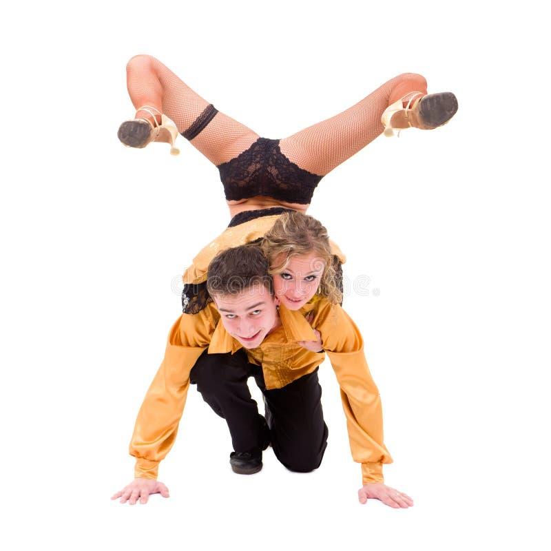 Junge Tänzer, die gegen getrenntes Weiß aufwerfen stockfotografie