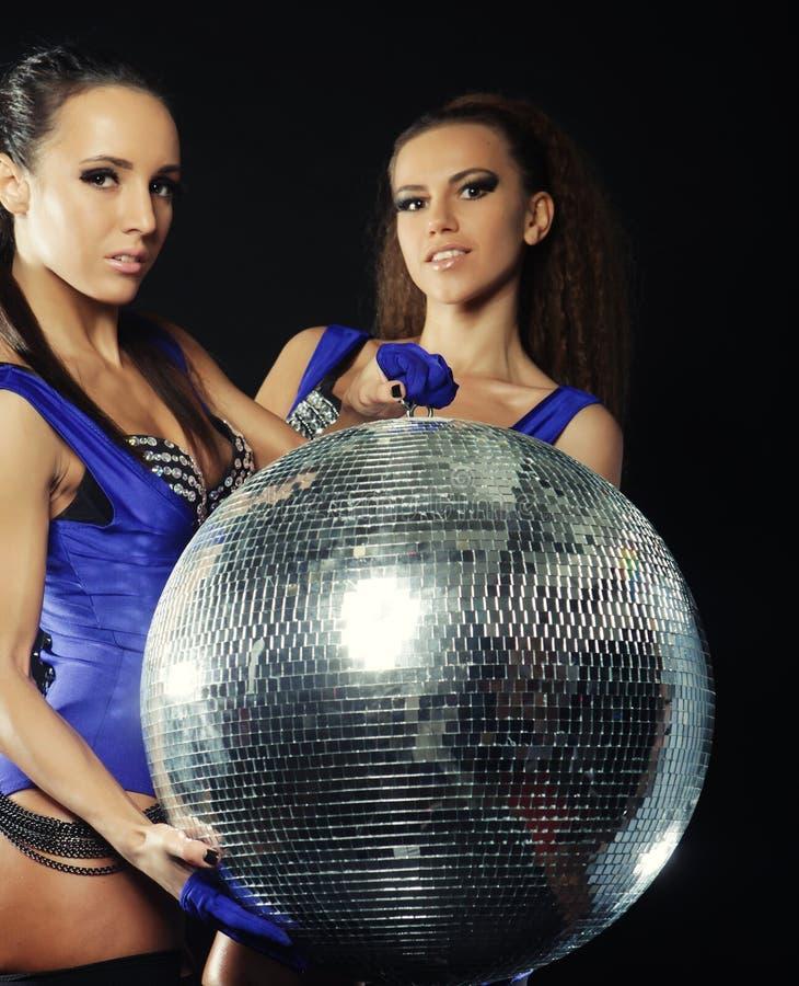 Junge Tänzermädchen im Rauche mit Discoball stockfoto
