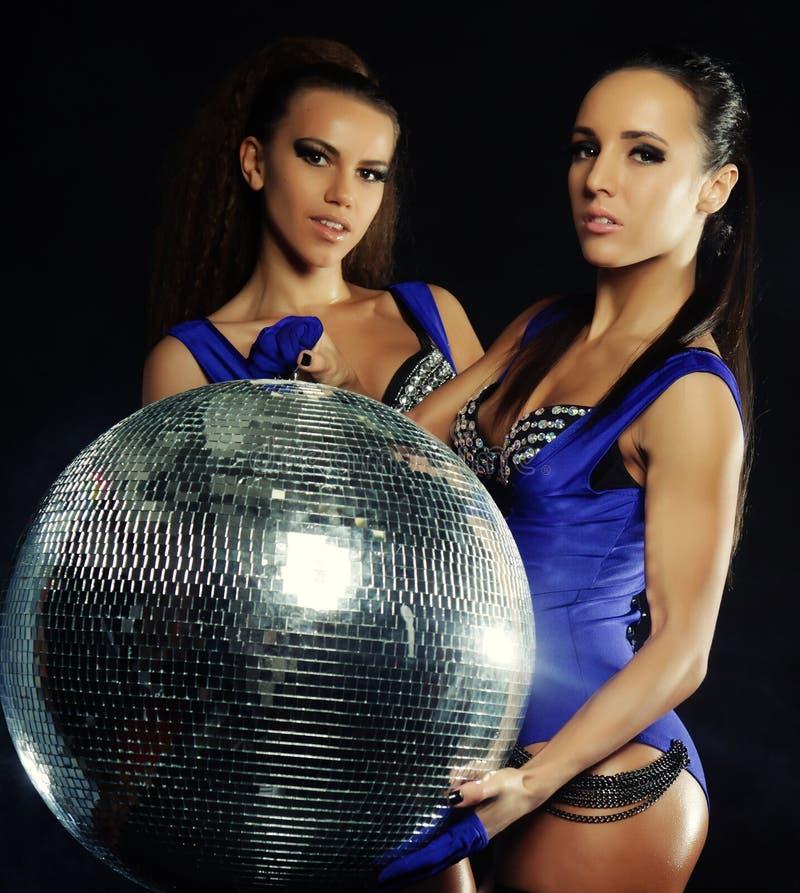 Junge Tänzermädchen im Rauche mit Discoball lizenzfreies stockfoto