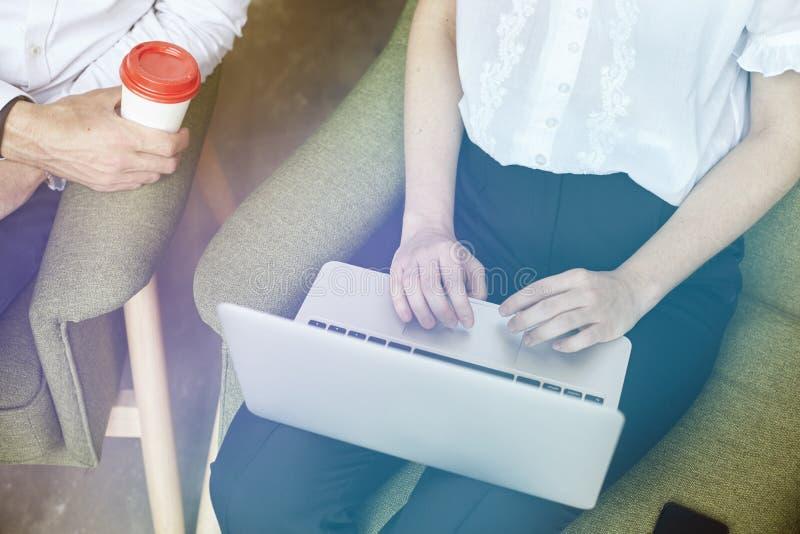 Junge Teilhaber arbeiten, unter Verwendung des Laptops im Büro zusammen und besprechen kreativen Ideenstart stockfotos